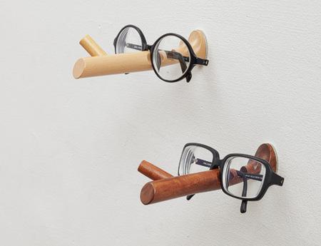 """Что это за палочка-носик? Это настенный держатель для очков """"Pinocchio Eyeglasses Holder"""". Смешно, правда?)"""